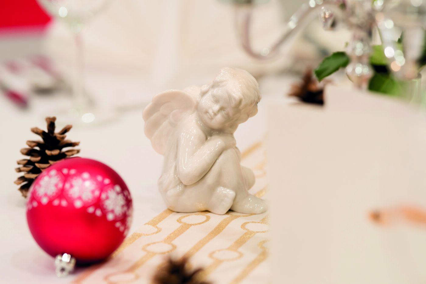 weihnachtsengerl als tischschmuck bei weihnachtsfeier in der hoeldrichsmuehle